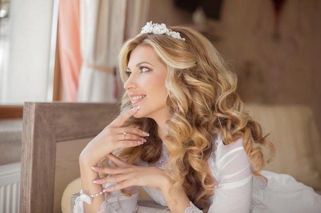 1a60bae3dc7e351 В образе невесты нет второстепенных элементов, свадебные прически так же  важны, как и платья, букеты и прочее