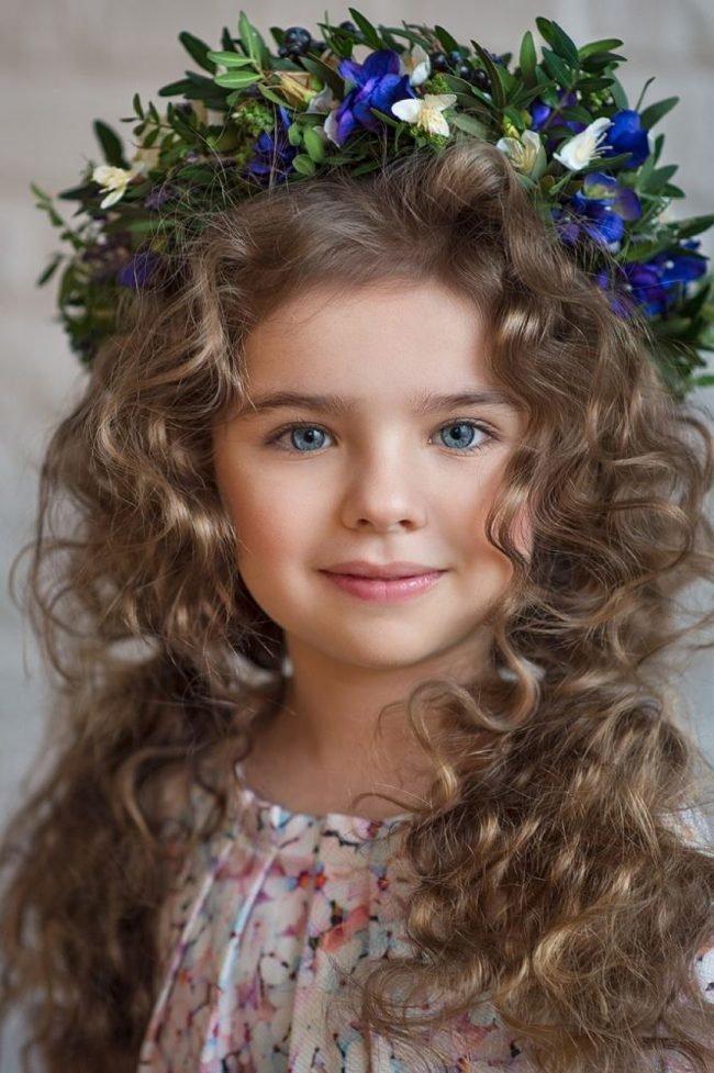 pricheski-devochkam-na-vypusknoj-v-detskom-sadu_ (33)