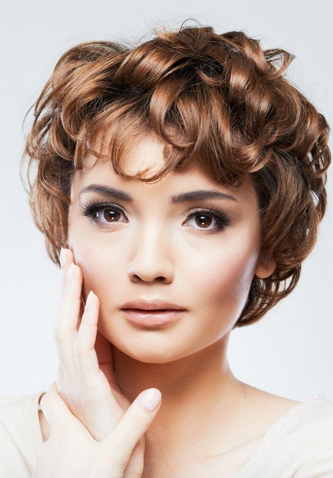 Для романтичных натур также подойдут греческие стрижки — завив волосы, откинуть назад и закрепить с помощью зажима или невидимки.