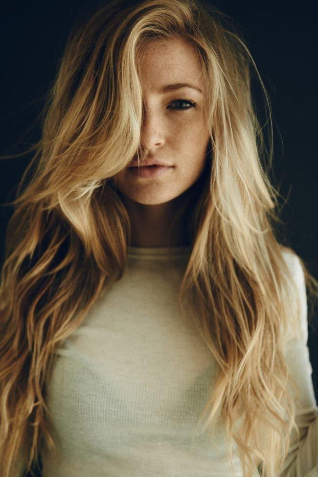 Челка наискосок на длинные волосы