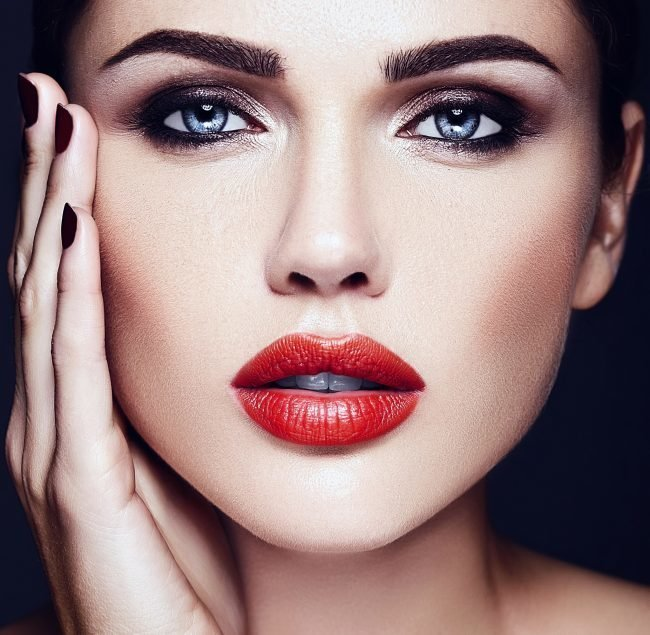 kak-pravilno-nanosit-makijazh-na-lico_ (55)