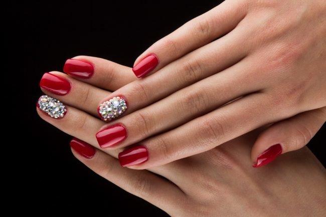 Гелевые ногти красные