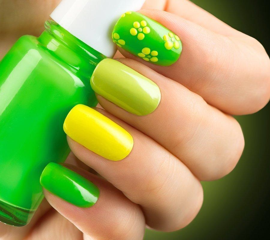 Желто зеленый маникюр с цветами фото