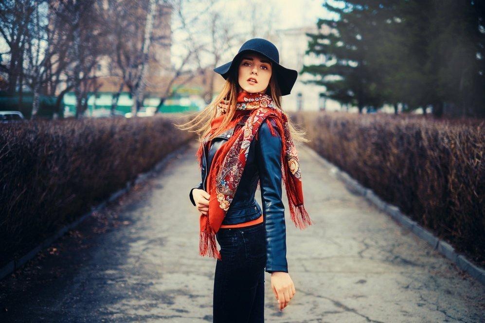Kak-krasivo-zavyazat-platok-na-shee-raznymi-sposobami_14 Как завязать платок на шее разными способами и как красиво повязать шарфик на плечах