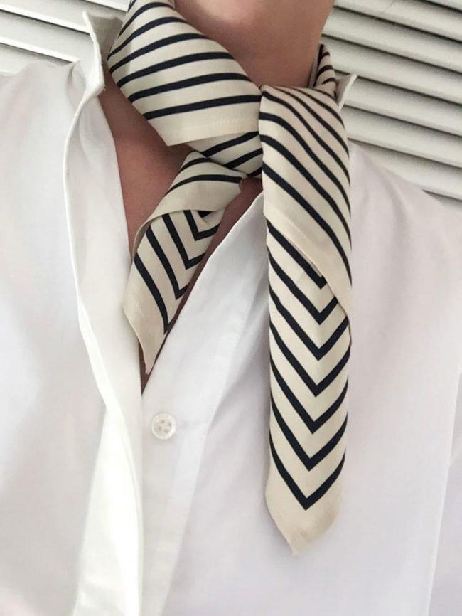 Kak-krasivo-zavyazat-platok-na-shee-raznymi-sposobami_16-650x866 Как завязать платок на шее разными способами и как красиво повязать шарфик на плечах