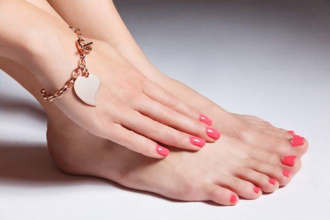 Pedikjur_so_strazami_foto_13-650x434 Стразы на весь ноготь, фото дизайнов. Как делать гель лак, чтобы не отваливались, в каком порядке, крепим на базу