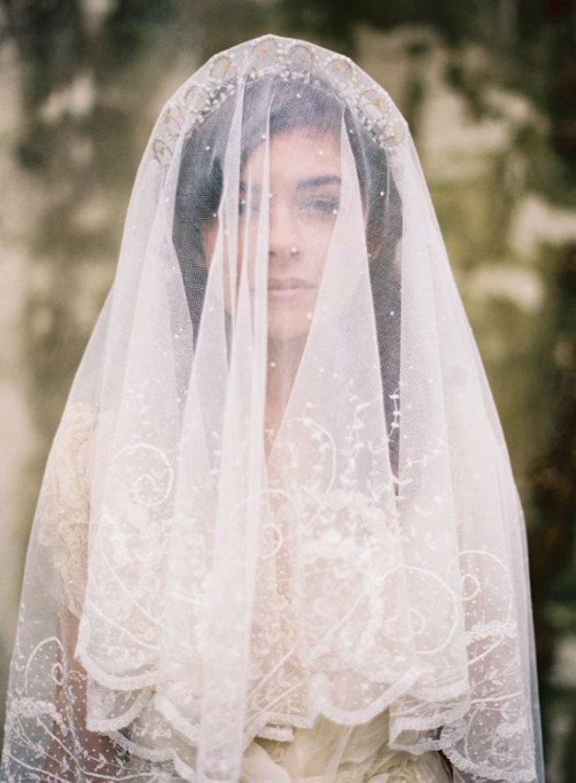 pricheski-na-svadbu-na-srednie-volosy-foto_13