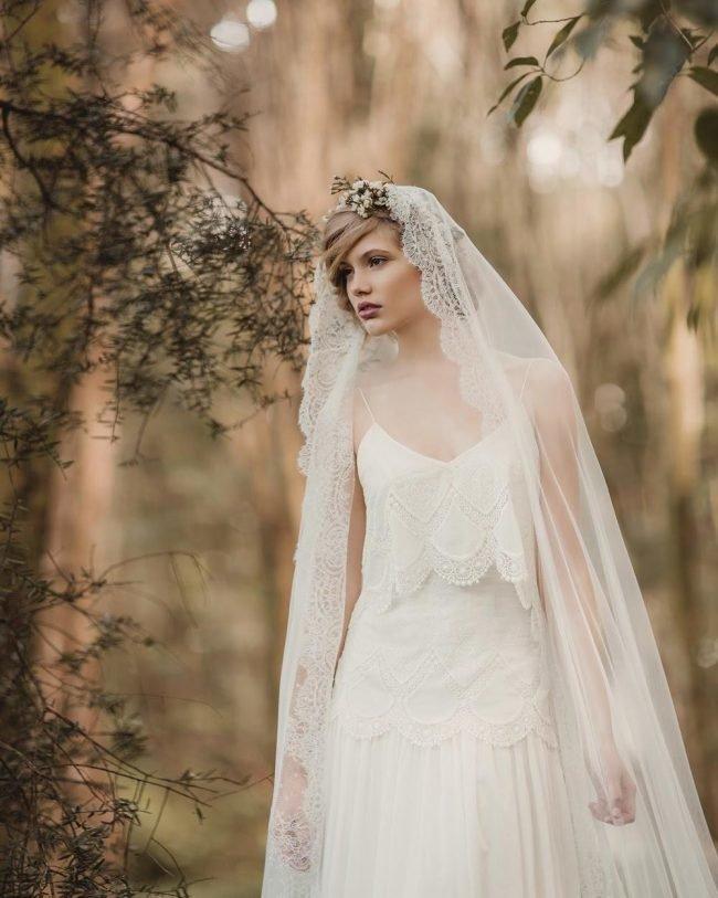 pricheski-na-svadbu-na-srednie-volosy-foto_23