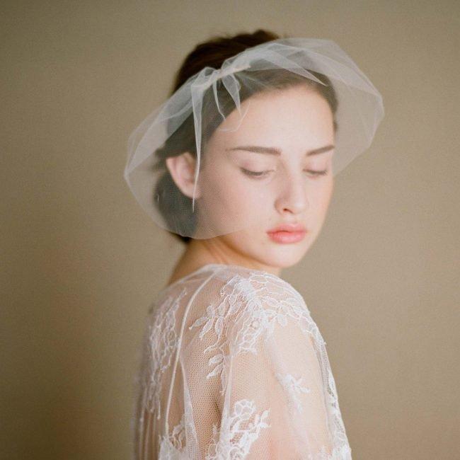 pricheski-na-svadbu-na-srednie-volosy-foto_48