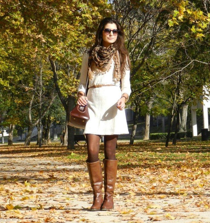 Рыжая девушка с карэ на каблуках