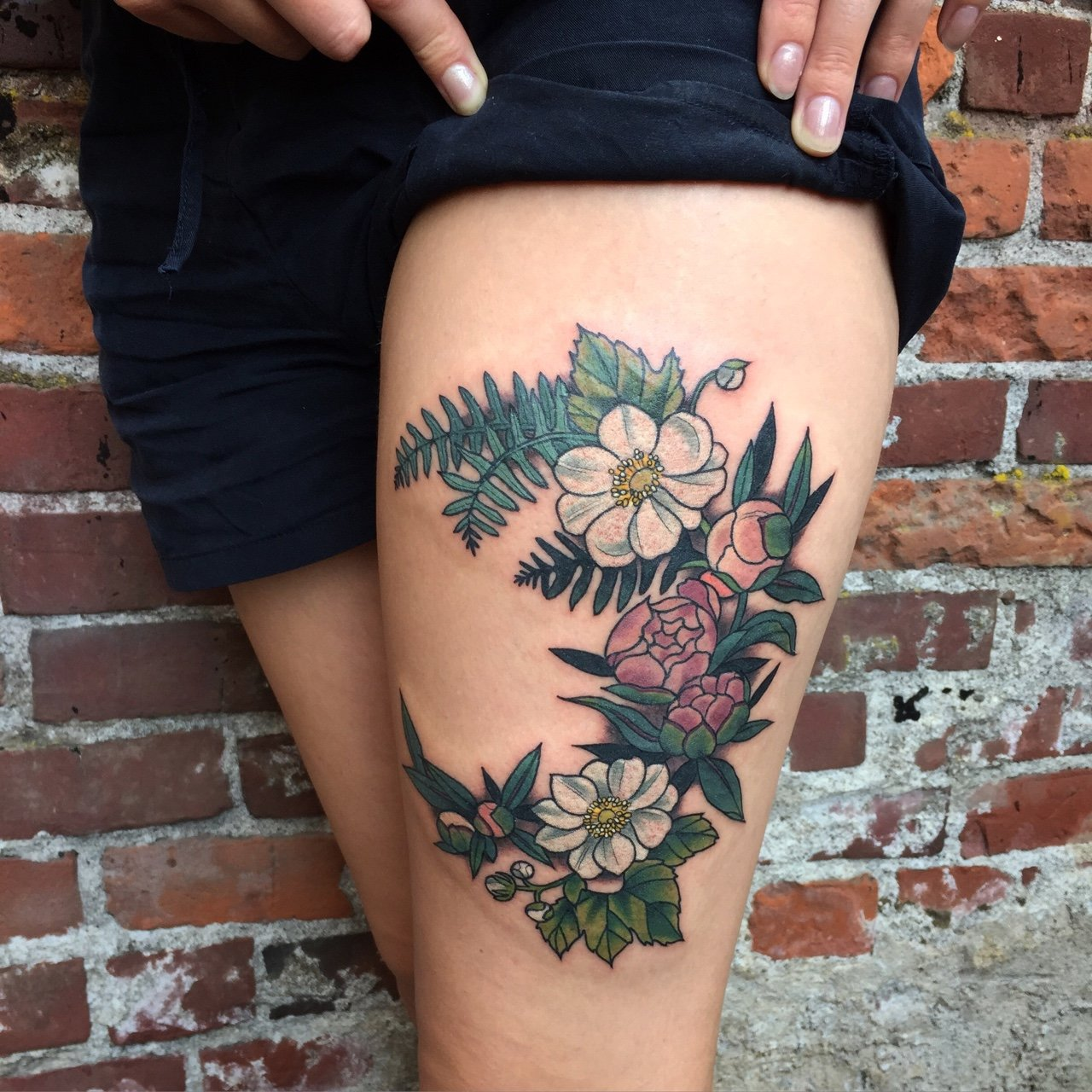 Floral pattern on the front surface of the thigh