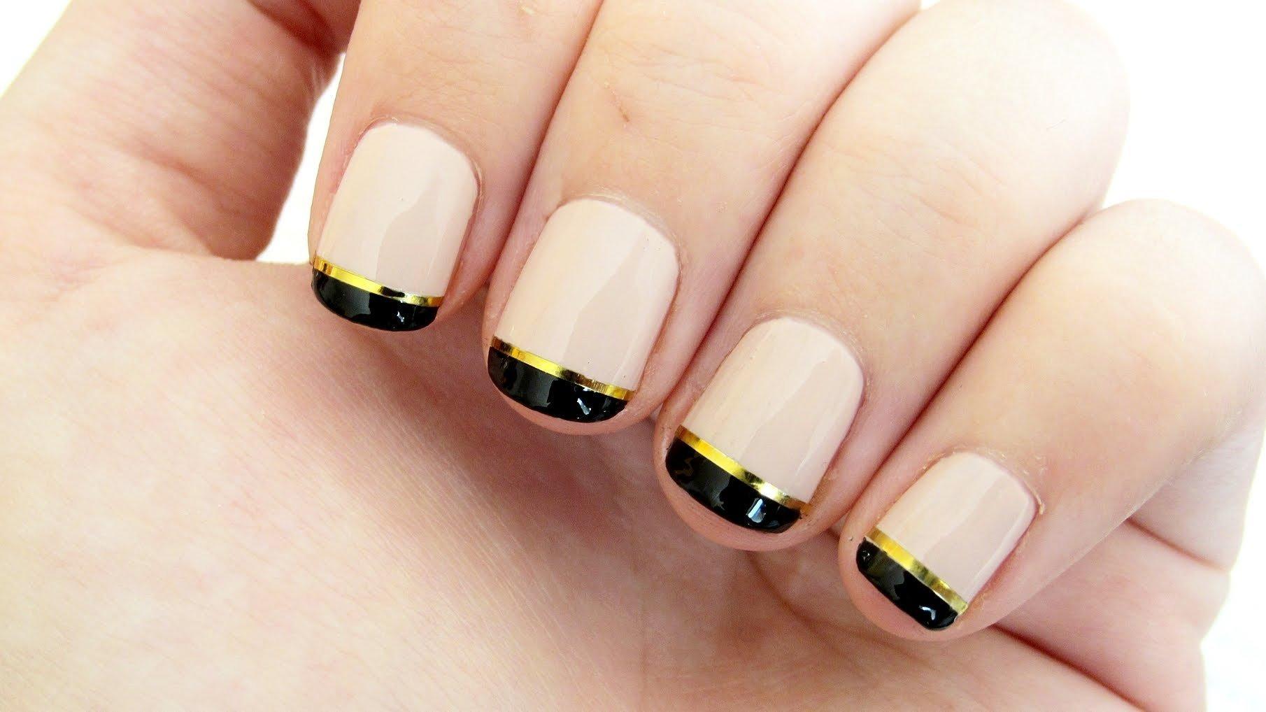 Золотистый маникюр на коротких ногтях фото