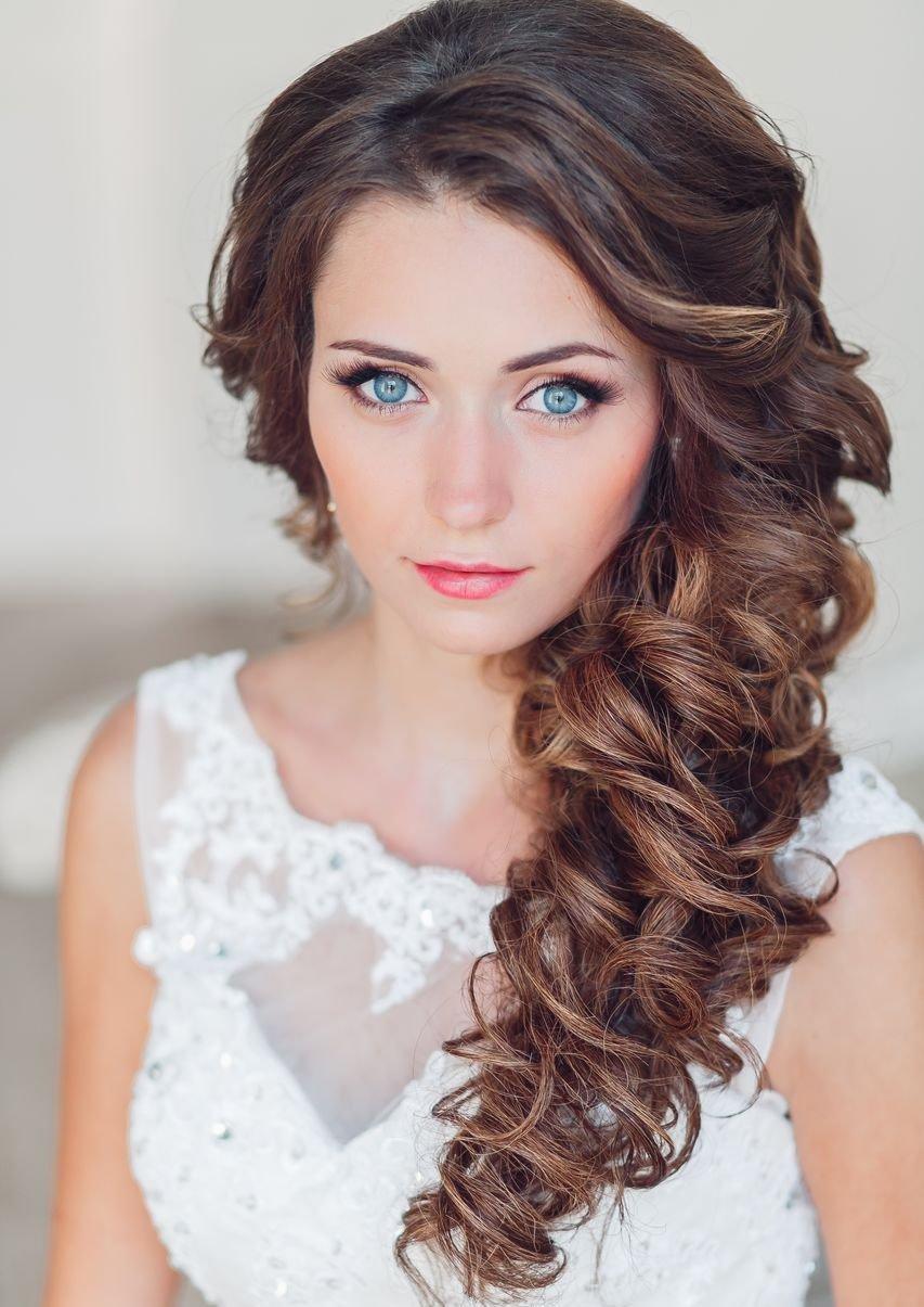 Прическа на выпускной на средние темные волосы