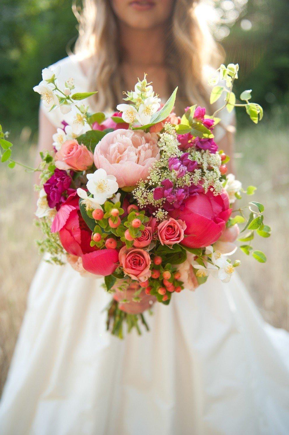 Выглядит красно белые букет невесты из розовые розы цветы оптом