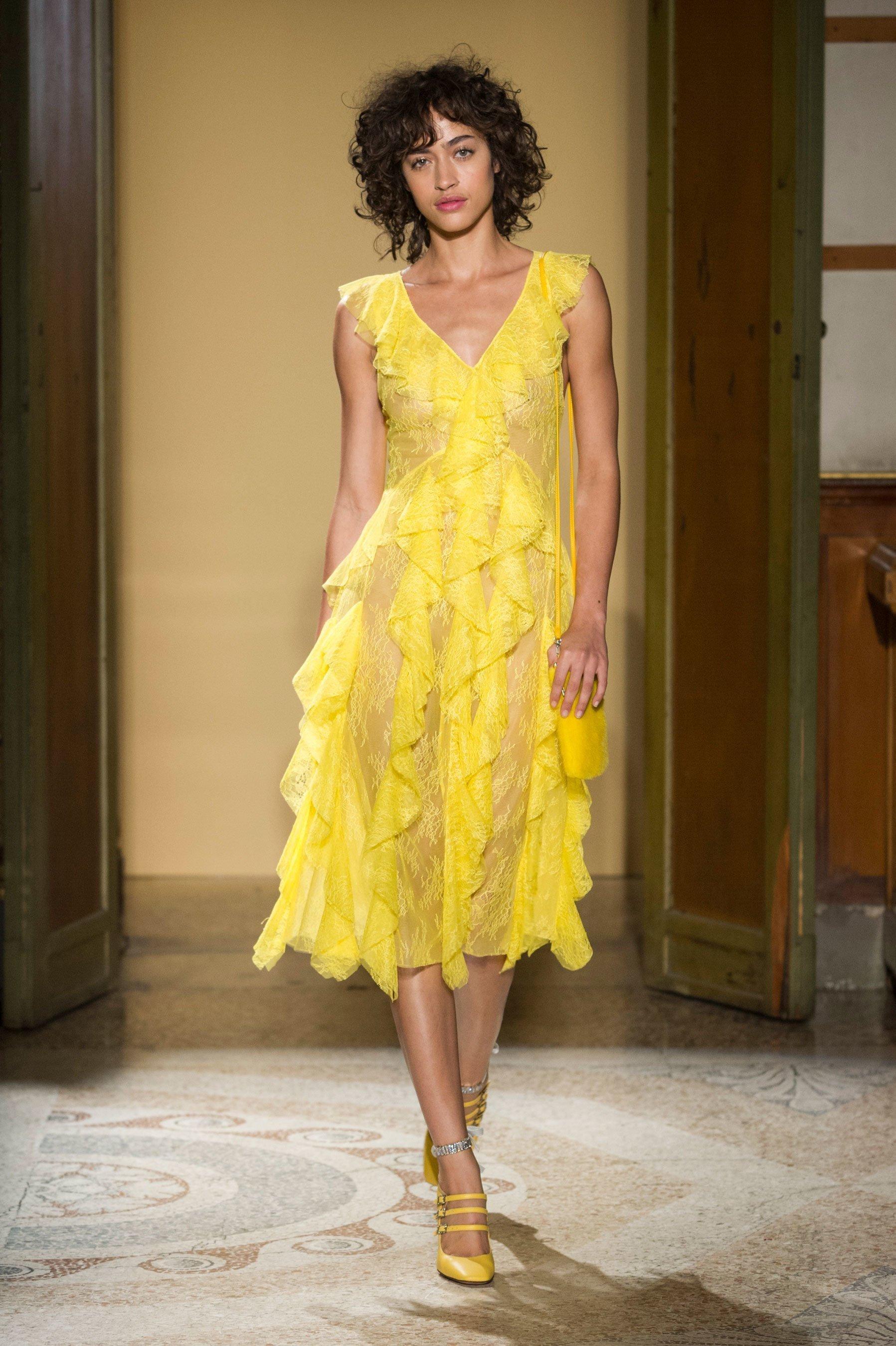 de86eaebb3d2b62 Такой стильный наряд, как платья желтого цвета нужно выбирать с учетом  своей фигуры и характера ...