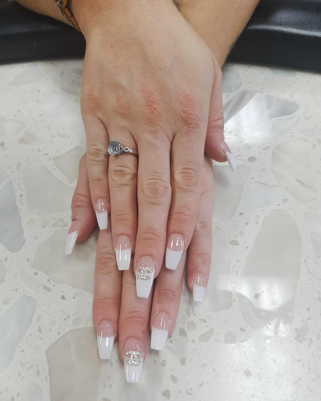 больше картинки белых ногтей на руках свежей
