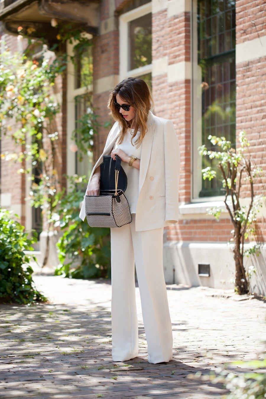 В последнее время в гламурном городском стиле брючные костюмы женские  активно используются модницами для совершения ежедневных дел acd1a6edde29c