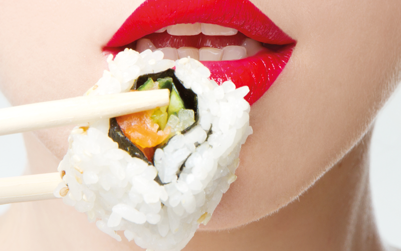kak-est-palochkami-dlya-sushi_ (1)