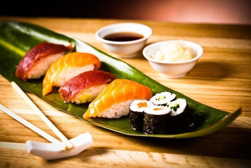 kak-est-palochkami-dlya-sushi_ (4)