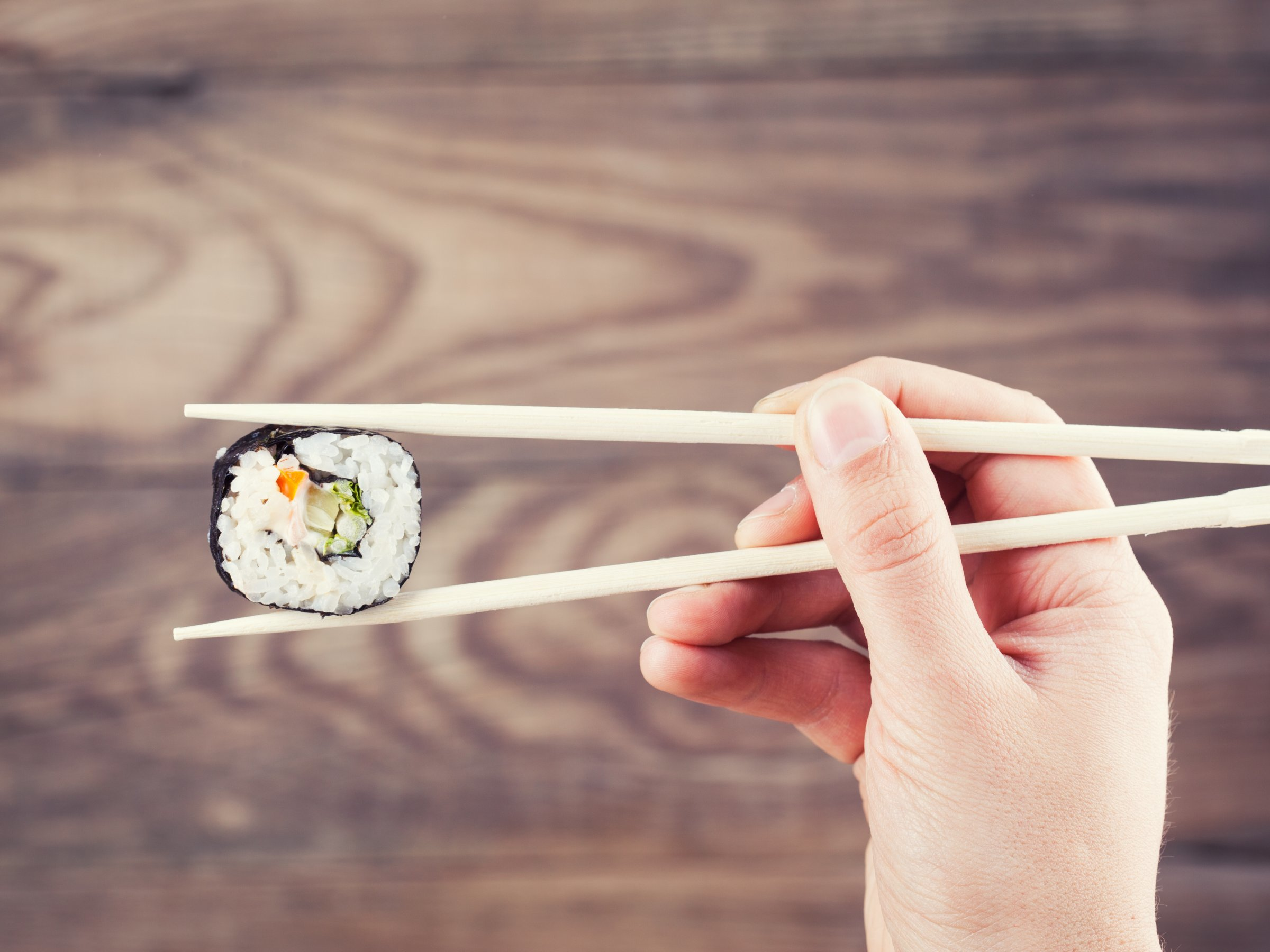 kak-est-palochkami-dlya-sushi_ (8)
