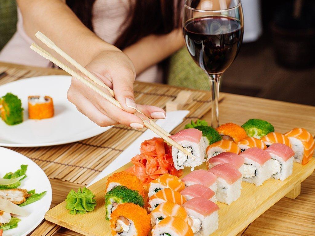kak-est-palochkami-dlya-sushi_ (9)