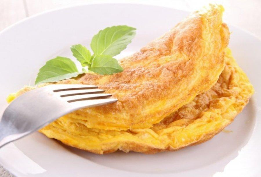 kak-prigotovit-omlet-na-skovorode-s-molokom_ (2)
