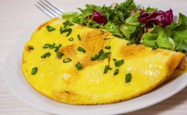 kak-prigotovit-omlet-na-skovorode-s-molokom_ (5)
