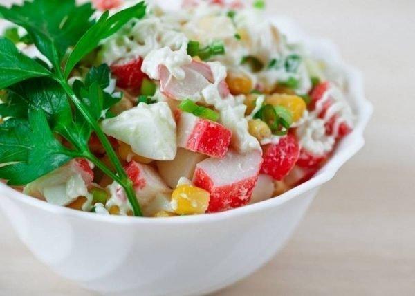 salat-s-krabovymi-palochkami-pomidorami-i-syrom_ (1)