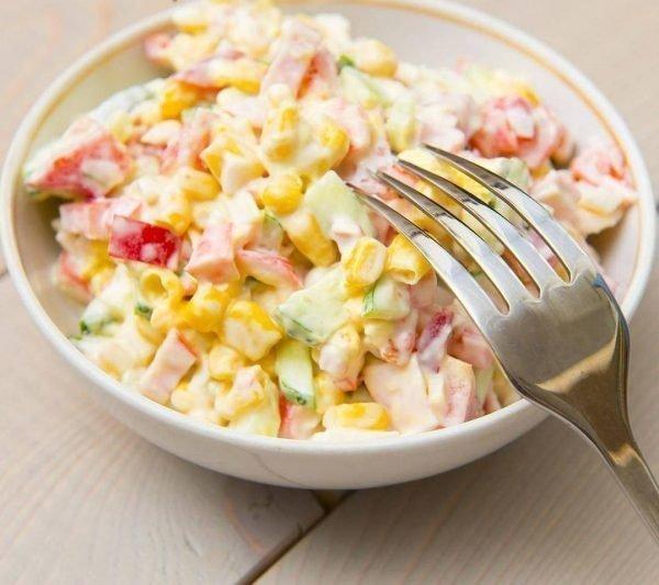 salat-s-krabovymi-palochkami-pomidorami-i-syrom_ (3)