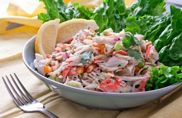 salat-s-krabovymi-palochkami-pomidorami-i-syrom_ (4)