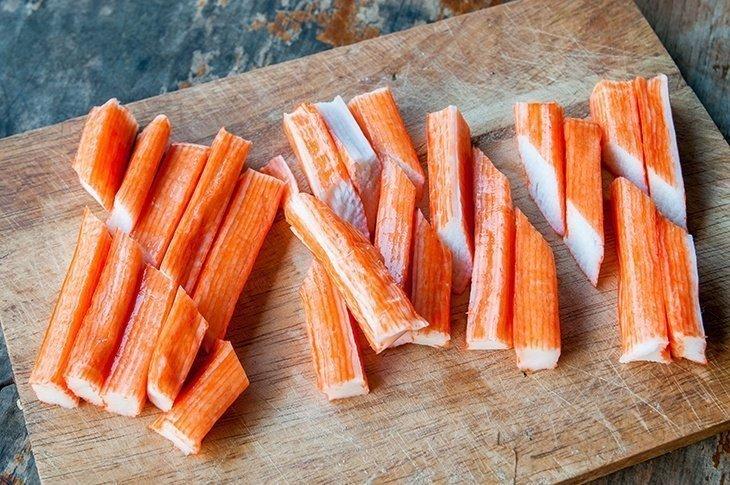 salat-s-krabovymi-palochkami-pomidorami-i-syrom_ (6)