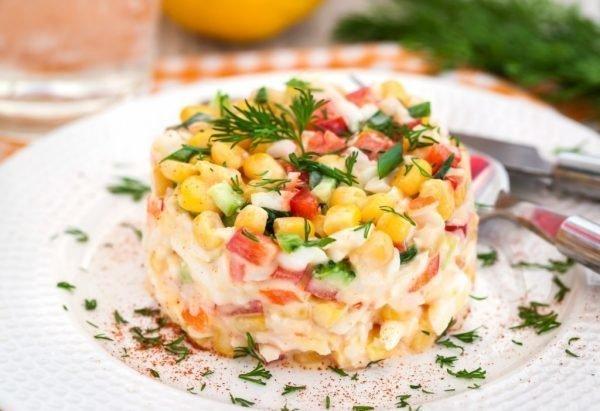 salat-s-krabovymi-palochkami-pomidorami-i-syrom_ (7)