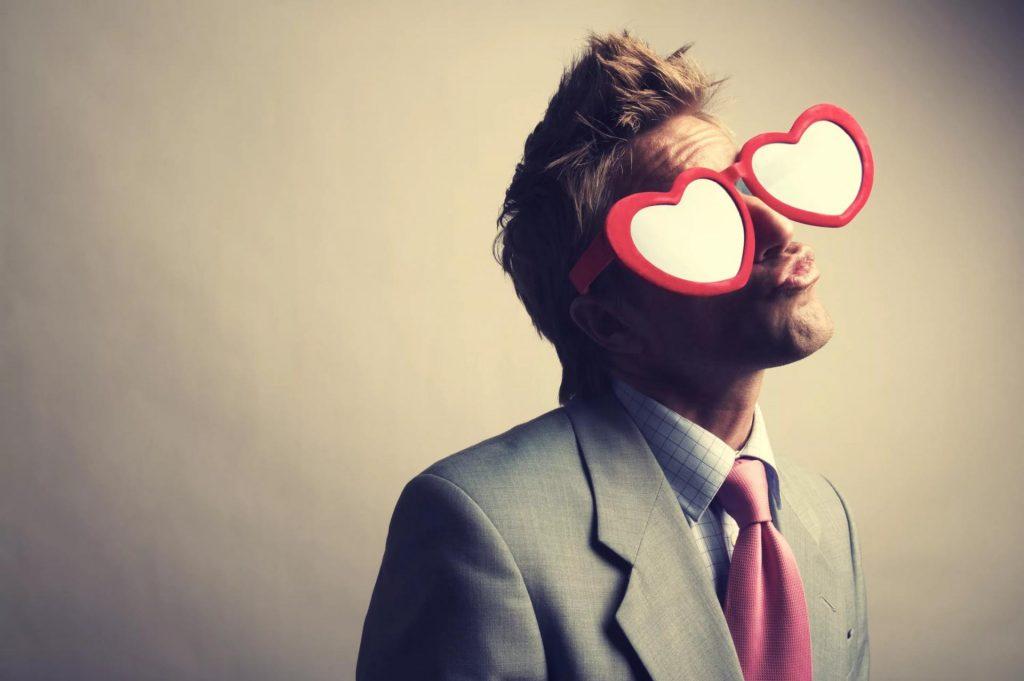 Влюбленный парень в очках с сердечками