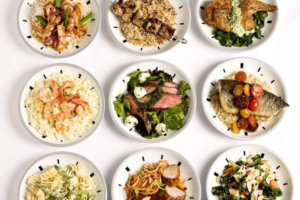 9 порций еды в белых тарелках