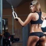 Спортивная девушка занимается в зале