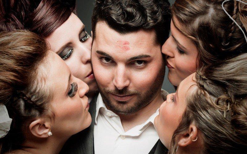 Мужчина со следами от помады на лбу в окружении женщин