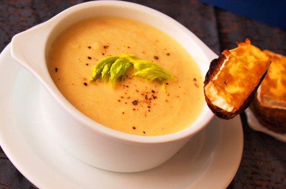 Овощной крем-суп в белой пиале
