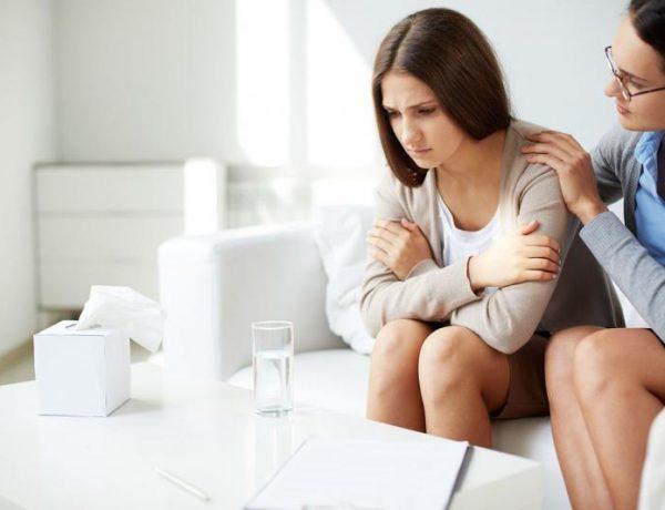 Психолог успокаивает девушку