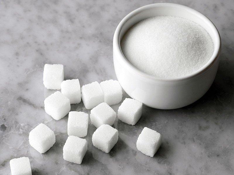 Сахар в кубиках и соль в белой пиале