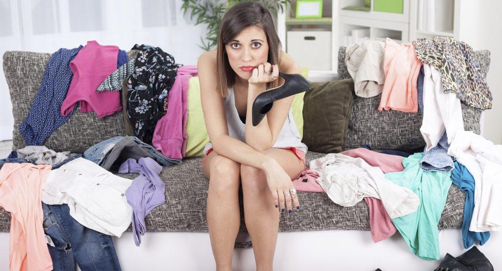 Девушка у гардероба