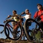 Три человека на велосипедной прогулке
