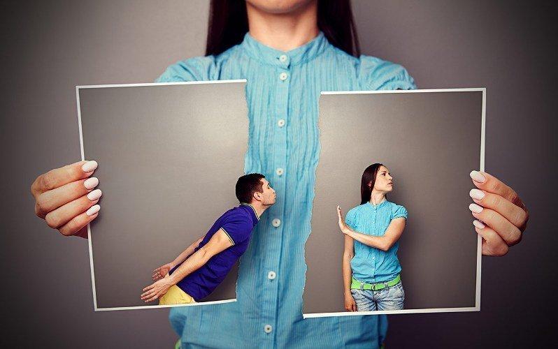 Женщина рвёт фотографию, на которой мужчина пытается поцеловать ее