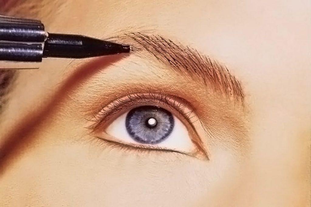 Машинкой над глазом прорисовывают волоски брови в европейской технике