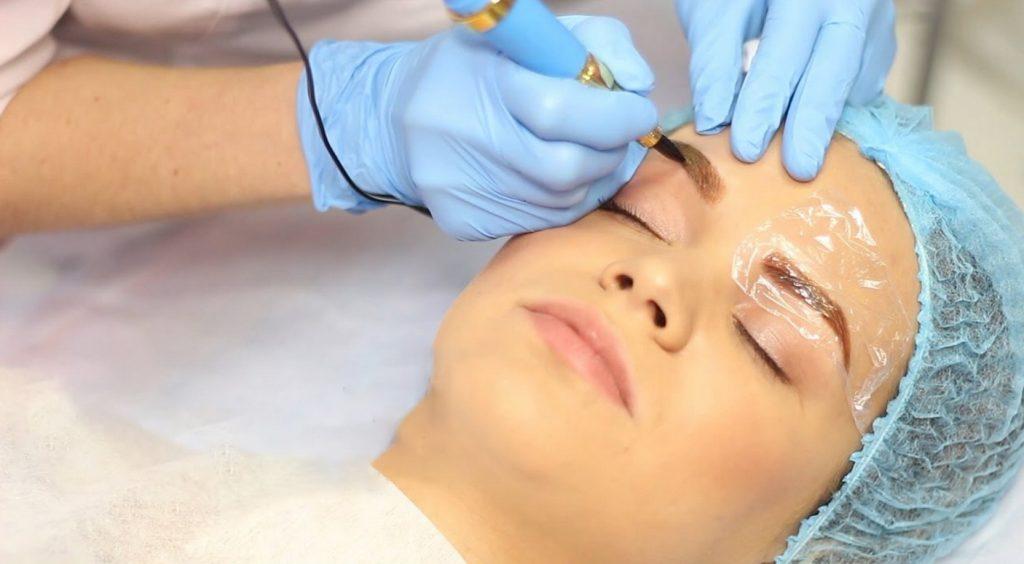 Мастер делает пациентке перманентный макияж