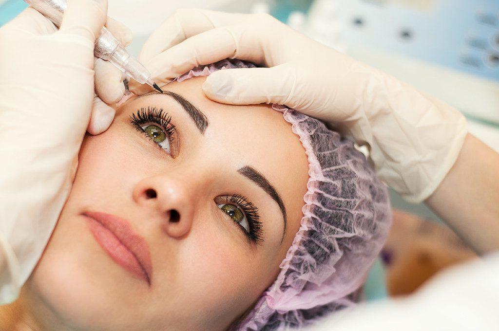 Процедура выполнения волоскового татуажа бровей