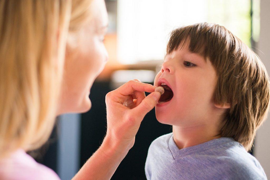 Ребёнку дают витамины