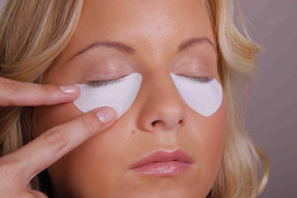 Женщина с ватными дисками под глазами
