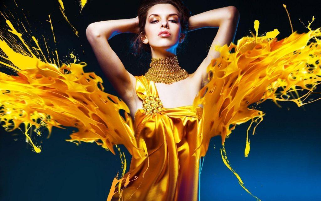 Женщина в фантастическом жёлтом платье
