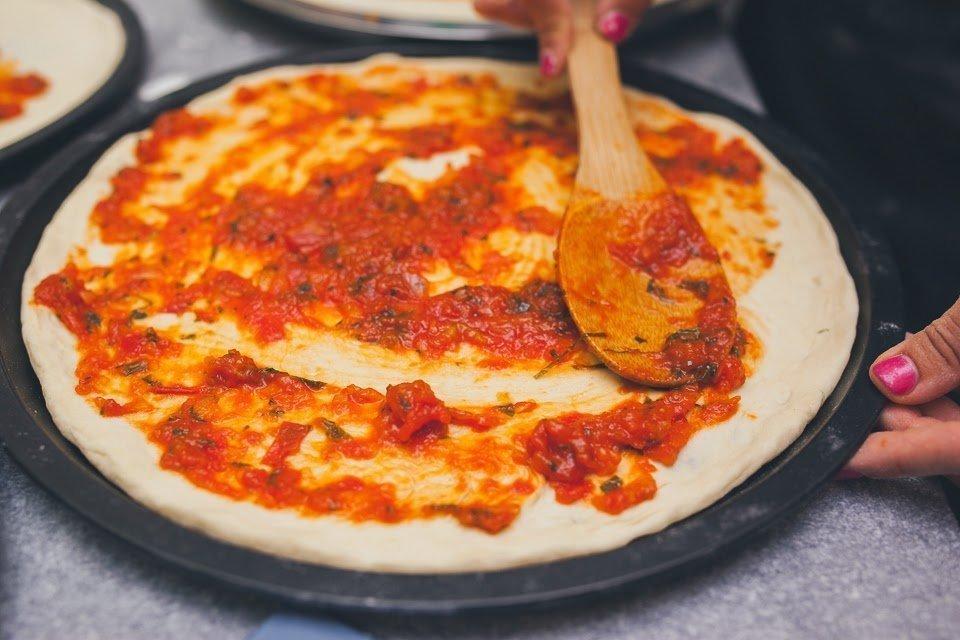 Нанесение соуса на основу