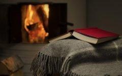 Книга и плед у камина